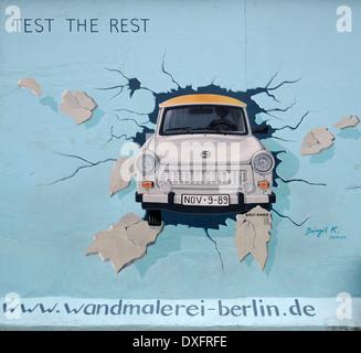 Le test reste Trabant briser le mur de Berlin par Birgit Kinder la peinture sur le mur de Berlin East Side Gallery Banque D'Images