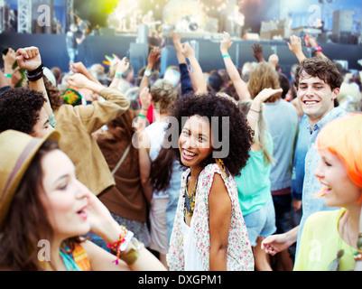 Danse et des fans cheering at music festival Banque D'Images