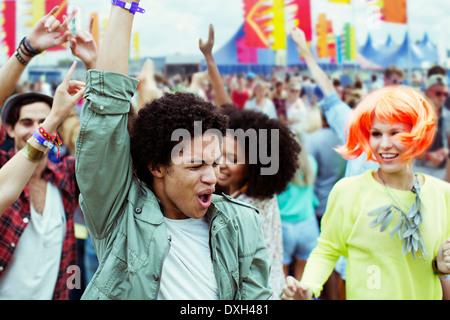 Les amis de la danse et cheering at music festival Banque D'Images