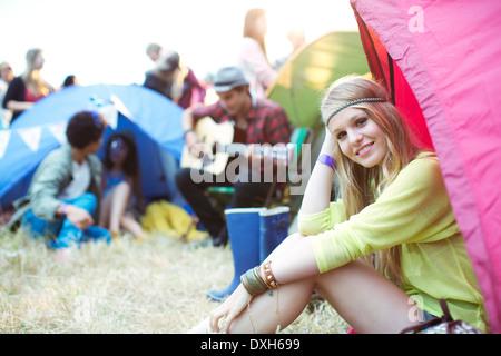 Portrait of smiling woman at tente au festival de musique Banque D'Images