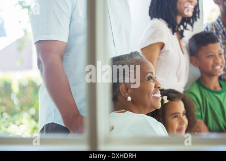 Happy family on porch Banque D'Images