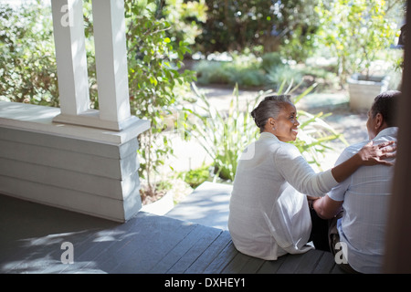 Senior couple hugging on porch Banque D'Images