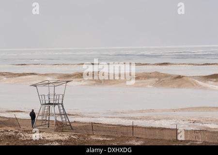 Homme debout à côté de la vie vide guard position sur la plage à Grand Bend, Ontario, sur le lac Huron, qui est Banque D'Images