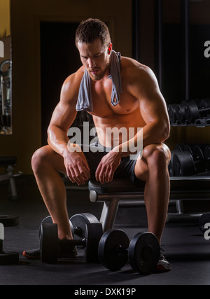 Caucasian man resting in gym Banque D'Images