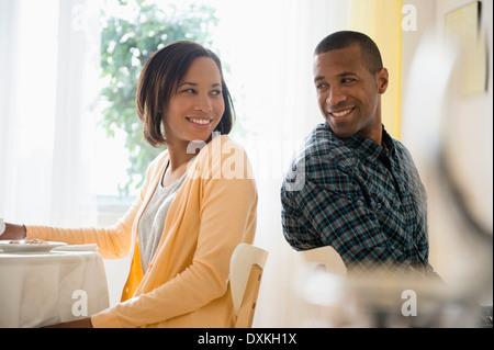 L'homme et la femme pour ce qui est de sourire à l'autre dans le Banque D'Images