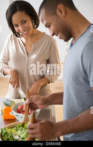 Couple preparing salad Banque D'Images