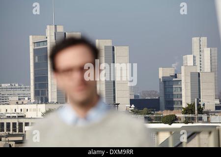 Portrait de flou artistique de l'homme en face de hifg immeubles-tours Banque D'Images