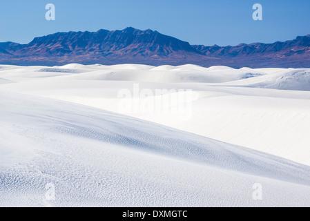 Dunes de sable et les montagnes San Andrés, White Sands National Monument, Nouveau-Mexique. Banque D'Images