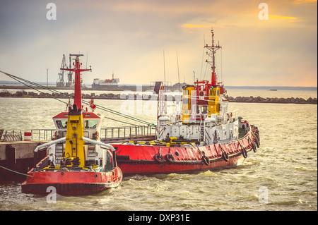 Bateaux dans le port de la mer Rouge, le détroit de Kertch transport en Crimée avec coucher du soleil sur fond de Banque D'Images