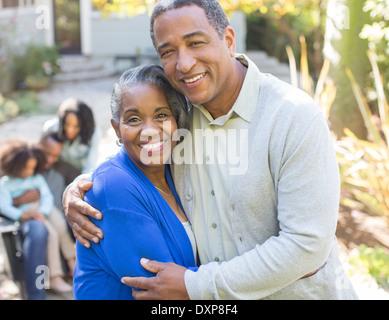 Close up portrait of smiling senior couple hugging outdoors Banque D'Images