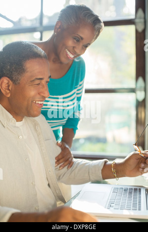 Happy senior couple using laptop Banque D'Images