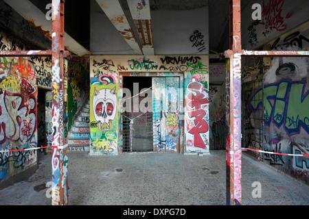 Berlin, Allemagne, enduit des murs dans les ruines d'Abhoerstation l'Armée américaine sur le Teufelsberg Banque D'Images