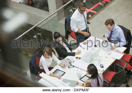Business at conference table Banque D'Images