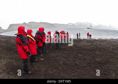 Les passagers des navires de croisière antarctique de quitter la baie des baleiniers, Deception Island par Zodiac. Tourisme en Antarctique. Îles Shetland du Sud.