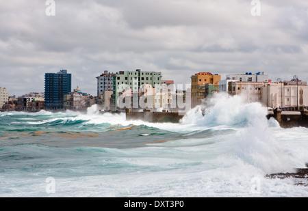 Les vagues des Caraïbes à La Havane Banque D'Images