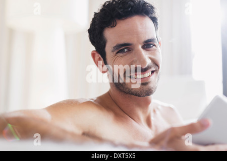 Close up of smiling man using digital tablet Banque D'Images