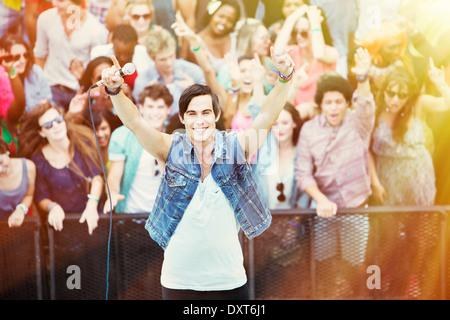 Portrait de l'artiste interprète ou exécutant avec les fans en arrière-plan au festival de musique Banque D'Images