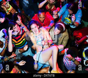 Portrait de l'artiste enthousiaste crowd surfing at music festival Banque D'Images