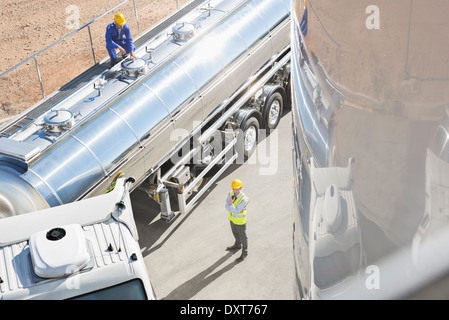 Les travailleurs dans l'acier inoxydable citerne Banque D'Images