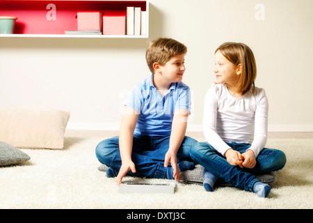 Children using tablet computer at home, Munich, Bavière, Allemagne Banque D'Images