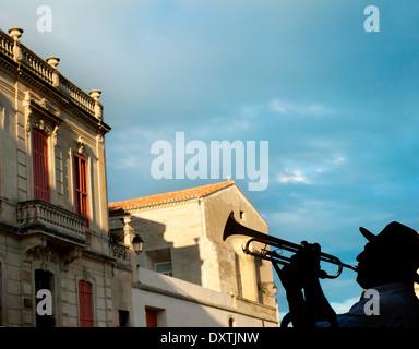 Silhouette d'un trompettiste sur Arles street, France Banque D'Images