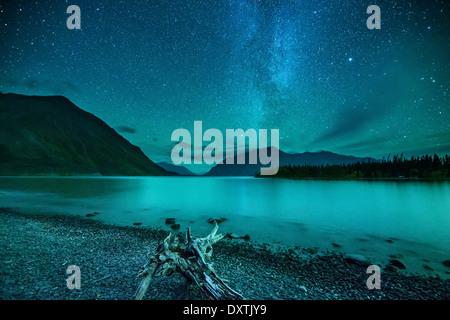 La Voie Lactée et ciel de nuit sur le lac Kathleen & la St Elias, Réserve de parc national Kluane, Yukon, Canada Banque D'Images