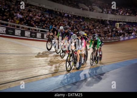 Les cyclistes course autour de la piste à la London Vélodrome Olympique Banque D'Images