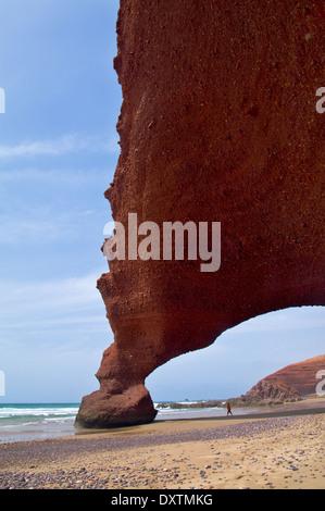 D'énormes arches sur la côte nord-africaine. Le Maroc. Banque D'Images