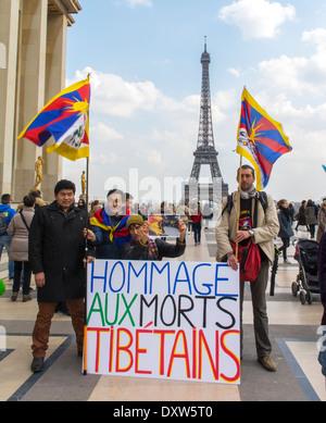 Le Tibétain, les communautés ethniques taiwanais de la France, appelé démonstration pour les citoyens français à se mobiliser au cours de la visite du président chinois à Paris, sur la Place des droits de l'homme. Groupe Holding pancartes