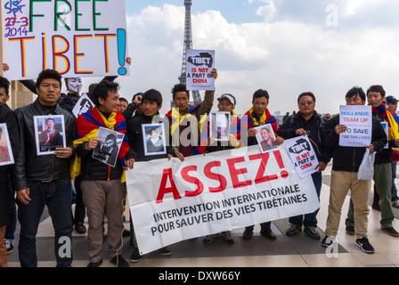 Le Tibétain, les communautés ethniques taiwanais de la France, et les amis ont appelé à des citoyens français à se mobiliser au cours de la visite du président chinois à Paris, foule Holding pancartes 'Free Tibet' assez d
