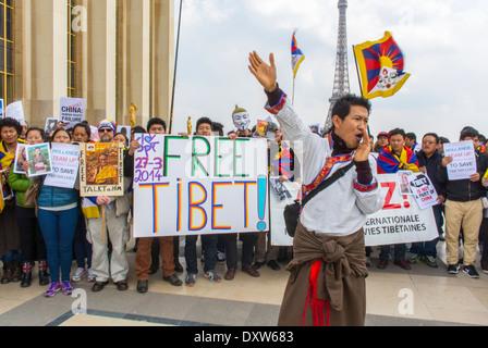 Une foule de Tibétains, de Taiwanais, de communautés ethniques de France, de migrants et d'amis ont appelé les citoyens français à se mobiliser lors de la visite du président chinois à Paris, en tenant des panneaux de protestation, des hommes réfugiés