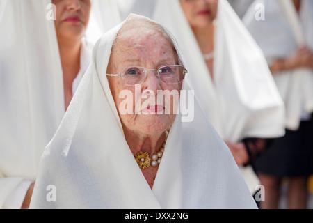 Femme mature qui prennent part à la procession de Pâques dans le centre historique de Vegueta, Las Palmas, Gran Banque D'Images
