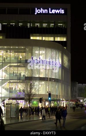 Le magasin John Lewis à Exeter dans la nuit avant Noël Banque D'Images