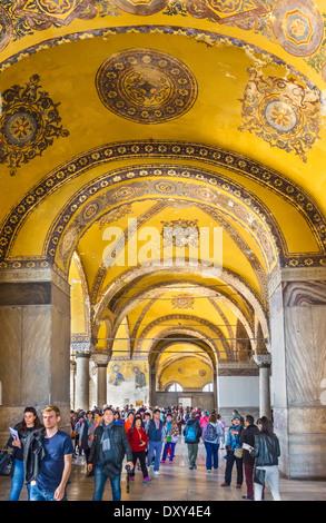 La galerie sud à la recherche vers les touristes réunis autour de Deisis, mosaïque de Sainte-sophie (Aya Sofya), Banque D'Images