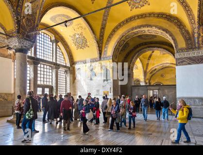 La galerie sud de touristes réunis autour de Deisis, mosaïque de Sainte-sophie (Aya Sofya), Istanbul, Turquie Banque D'Images