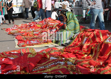 La gare de Patna, Patna, Bihar, Inde, 07 avril 2014. Drapeaux énorme en vente dans Mahavir Mandir à venir de fête Banque D'Images