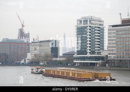 Londres, Royaume-Uni. Le 02 avril 2014. . Avis de Vauxhall Bridge du Shard enveloppée de smog. Credit: Pete Maclaine/Alamy Banque D'Images