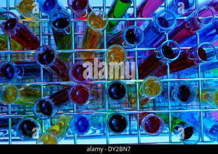 Libre d'un tas de tubes à essai avec des liquides de différentes couleurs Banque D'Images