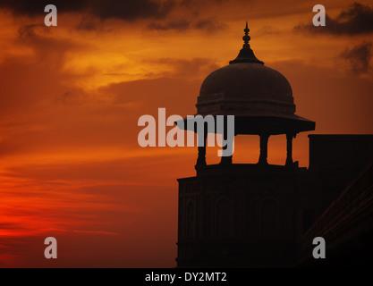 Silhouette de la tour de style asiatique sur fond de ciel coucher de soleil rouge, ford, Agra, Inde Banque D'Images