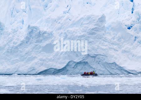 Le tourisme antarctique parmi le paysage de glacier, iceberg, et la glace avec les touristes en zodiac. Péninsule Banque D'Images