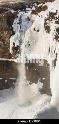 Haifoss, la deuxième plus haute cascade d'Islande, plonge 122m dans une gorge située dans le centre de l'Islande. Banque D'Images