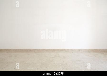 Salle vide, avec du marbre au sol et mur blanc Banque D'Images