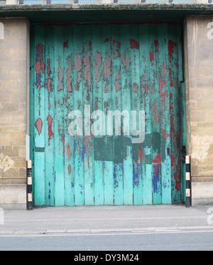 Grandes portes à un entrepôt vide dans le centre de Bristol prête pour le développement, 5 avril 2014 Banque D'Images