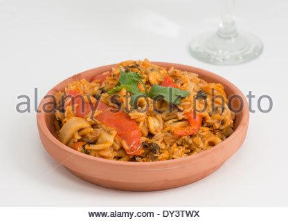 Plat d'une délicieuse paella en utilisant la cuisine cubaine façon ou style. Servi dans une plaque de céramique Banque D'Images