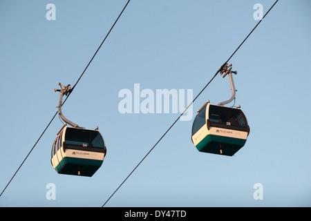 Deux voitures sur le câble en télécabine Lisboa Parque das Nações, Lisbonne, Portugal (Lisboa),. Banque D'Images