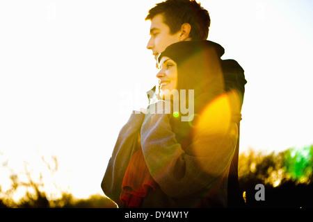Couple romantique en plein soleil Banque D'Images