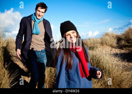 Couple strolling in sand dunes, Bournemouth, Dorset, UK Banque D'Images