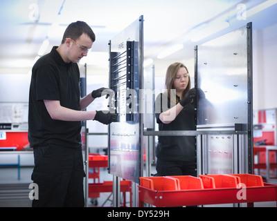 Les apprentis sur la ligne de production à l'installation d'instruction Banque D'Images