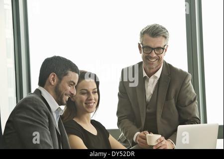 Les partenaires travaillant ensemble dans office Banque D'Images