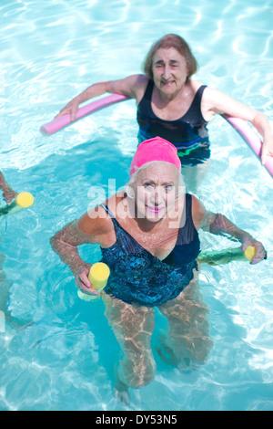 Portrait de senior women doing exercise in swimming pool Banque D'Images